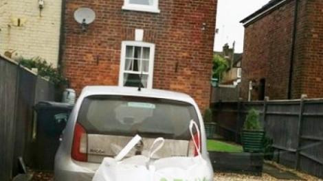 Mérhetetlenül bosszantotta, hogy idegenek parkoltak be a háza elé