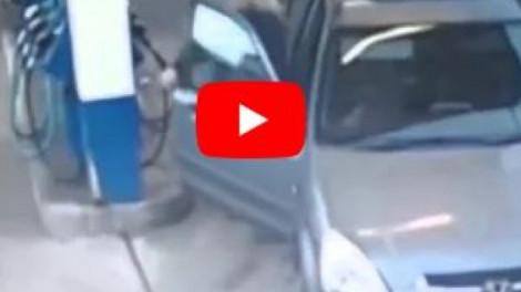 A szőke nő gondolta, hogy tankol az autójába. Nem fogsz hinni a szemednek!