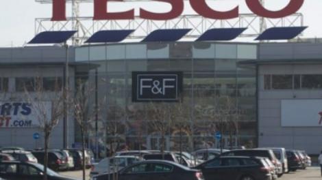 A vásárlók is megdöbbentek: furcsa kamionok állnak a Tesco parkolókban