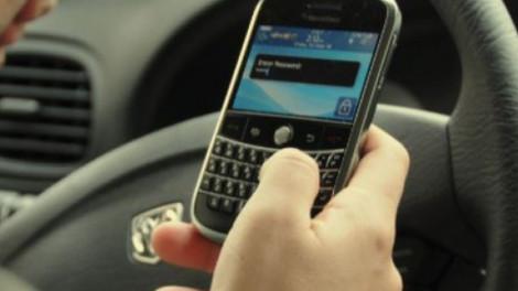 Hihetetlen: Azt is büntetik, ha egy félreállt autóban mobilozik a sofőr!