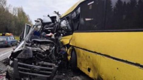 Most érkezett! Súlyos buszbaleset: szemből rohant az utasokkal teli járműbe a kisbusz, sok halott!