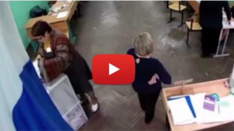 MEGDÖBBENTŐ - Lebukott egy hivatalnok, aki szavazólapokat tömködött az urnába! VIDEÓVAL!