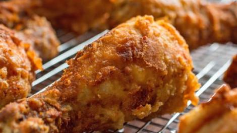 Tudni akarod, hogy mitől olyan ízletes és ropogós a gyorséttermi sült csirke? Készíts te is ilyen panírt!